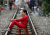 इस रेलवे ट्रैक पर लोग खिंचवा रहे हैं जानलेवा फोटो, देखें तस्वीरें