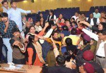 पूर्वी दिल्ली नगर निगम की बैठक में जमकर चले चप्पल-घूंसे